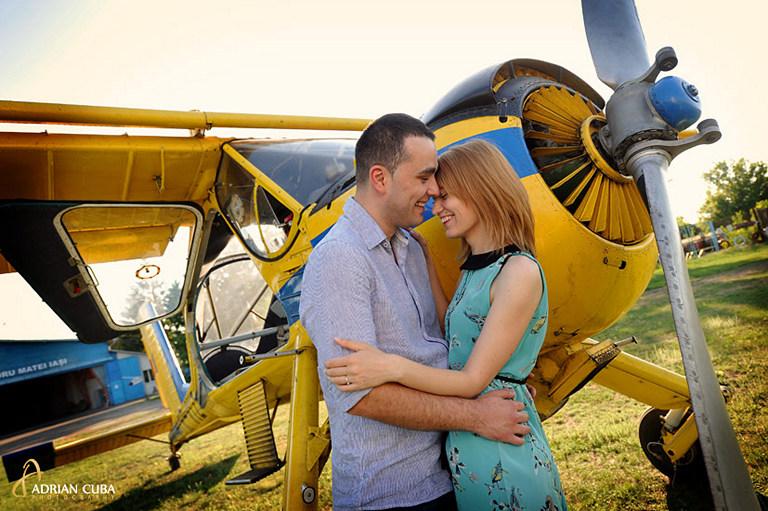 tineri langa avion, sedinta foto logodna