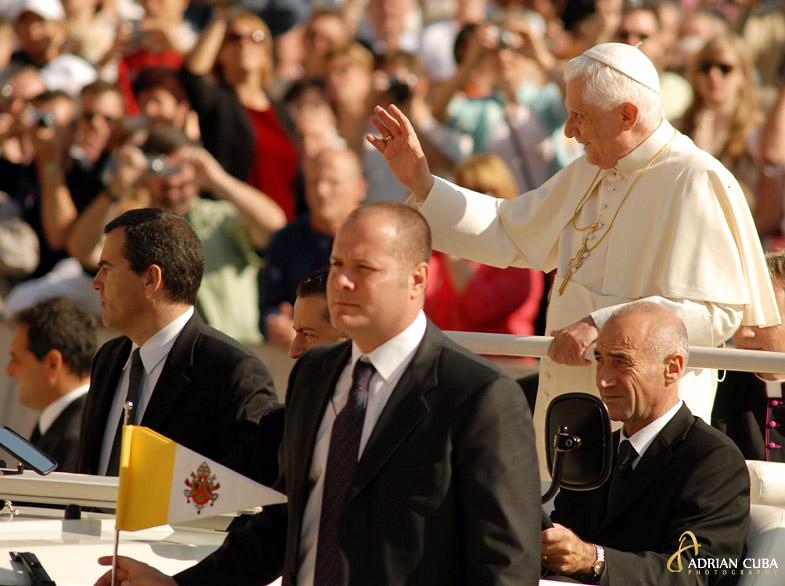 papa Benedict XVI Joseph Ratzinger in papamobil, salutand credinciosii in Piata Sfantul Petru din Roma, Vatican