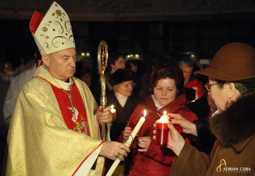 """Fotografie Paste, Slujba Invierii la Catedrala """"Sfanta Fecioara Maria Regina"""" din Iasi; PS Petru Gherghel"""