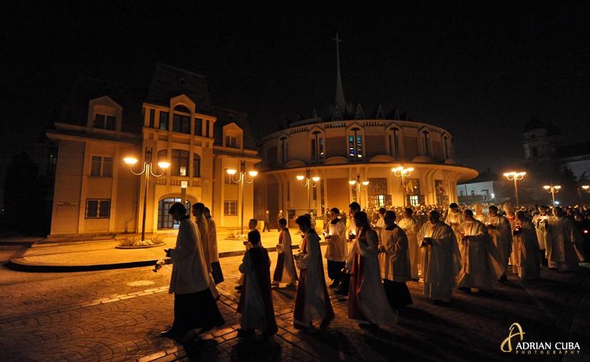 """Fotografie Slujba Invierii la Catedrala """"Sfanta Fecioara Maria Regina"""" din Iasi; PS Petru Gherghel"""