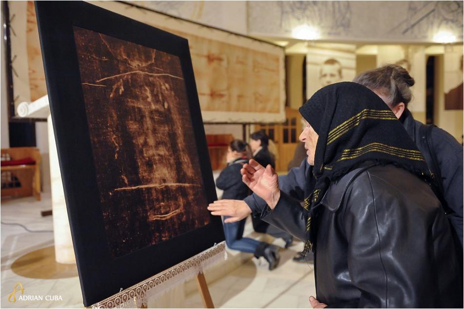 Credinciosii se inchina la Giulgiul din Torino, in copie, ce a fost expus in Catedrala romano-catolica din Iasi.