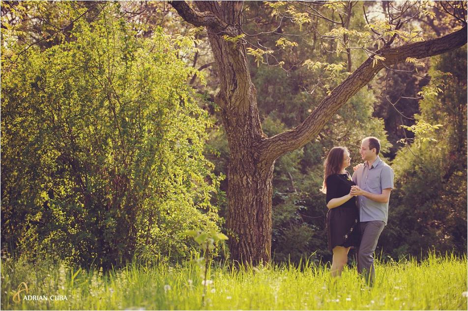 Sedinta foto logodna in Gradina Botanica din Iasi, realizata de fotograf Adrian Cuba, cu Iudita si Sergiu, 01