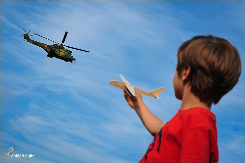 Un copil se joaca cu un avion de lemn in timpul celei de a doua editii a AeroNautic Show desfasurata la iasi, pe lacul Aroneanu.