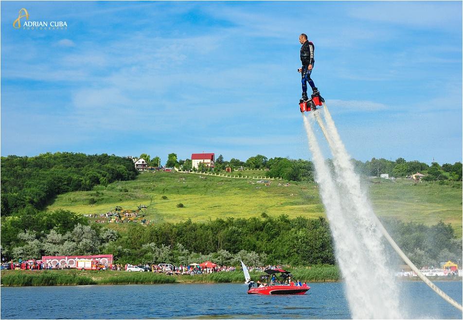 Demonstratie de flyboard pe lacul Aroneanu, in cadrul editiei a doua a AeroNauticShow Iasi 2014