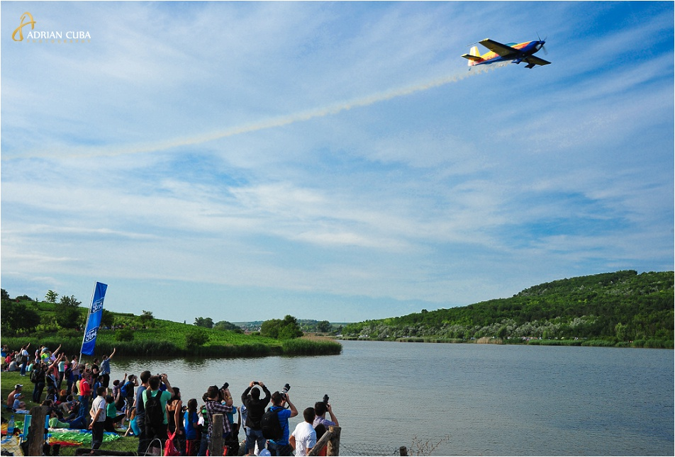 Un avion de acrobatie executa un exercitiu deasupra lacului Aroneanu, in cadrul AeroNautic Show Iasi 2014.