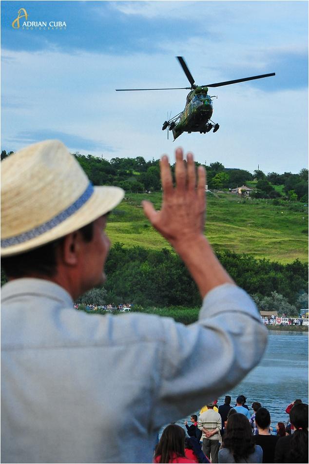Un spectator urmareste demonstratia aeriana cu elicoptere IAR 330 Puma Socat, in timpul AeroNautic Show Iasi 2014.