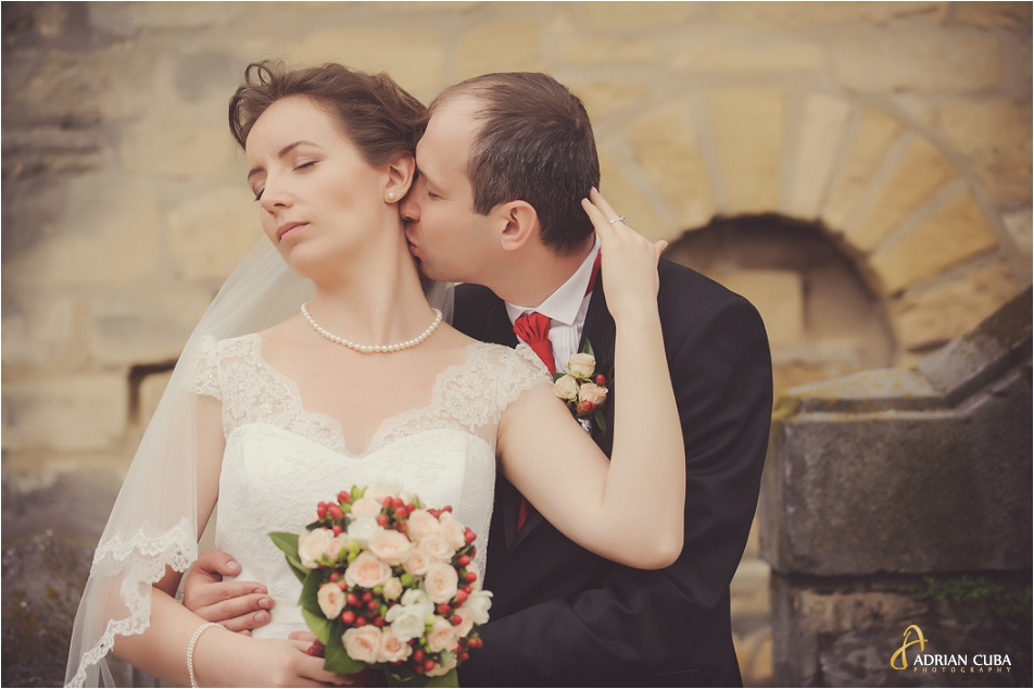 Miri imbratisati, la sedinta foto nunta la manastirea Cetatuia, Iasi.