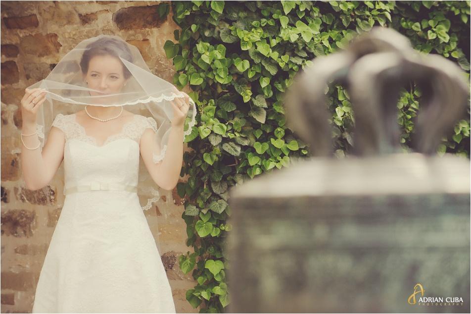 Mireasa tinandu-si voalul, la sesiune foto nunta Iasi.