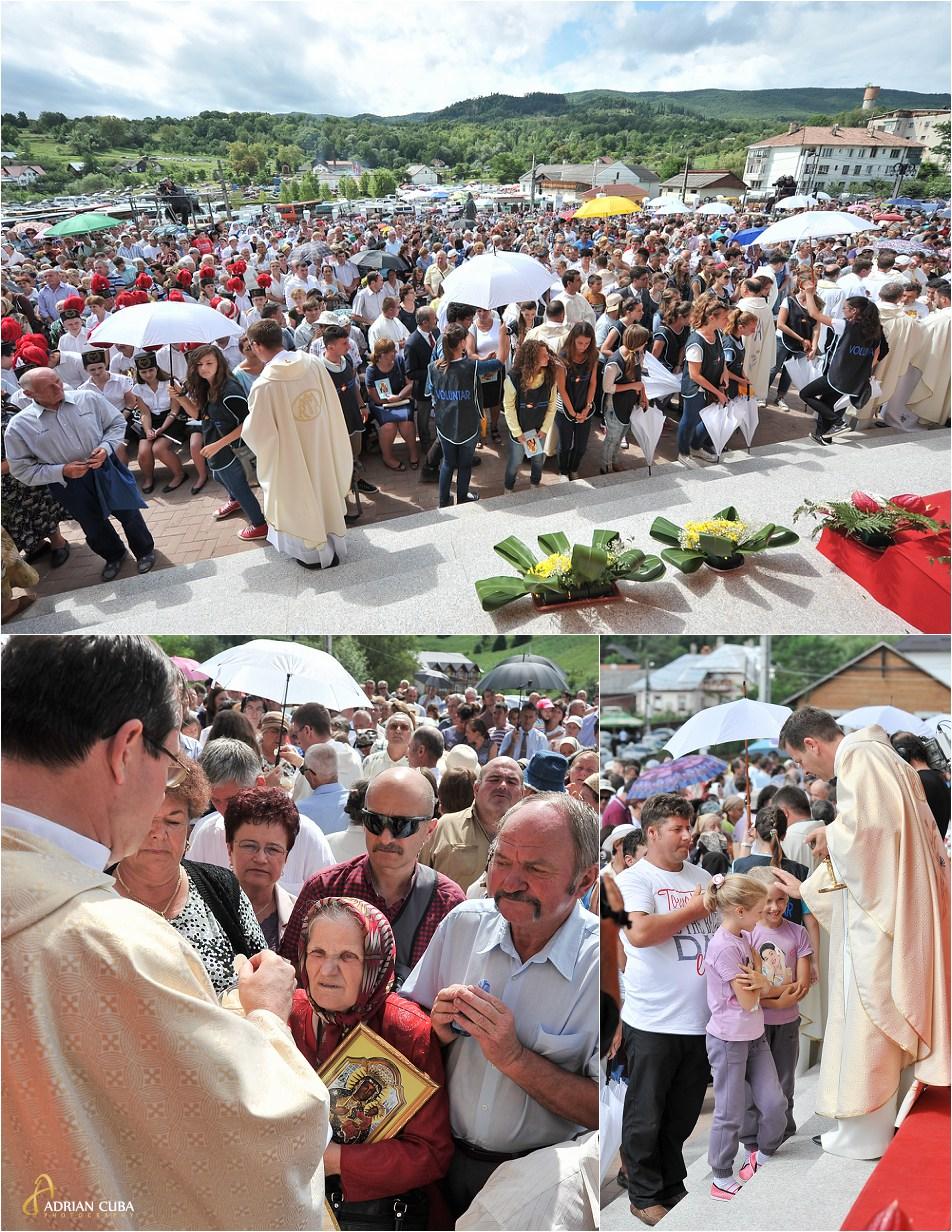 Crestinii se impartasesc la slujba hramului bisericii de la Cacica