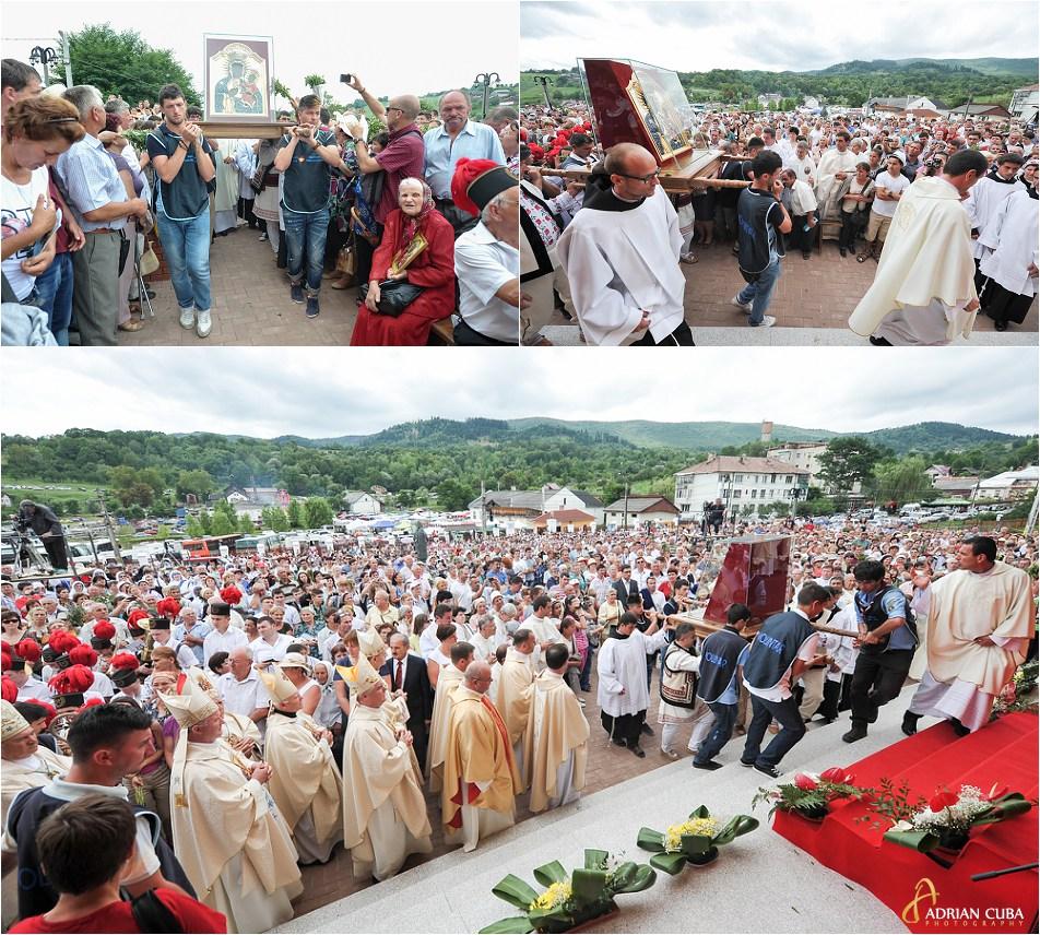Credinciosi participa la procesiunea de la Cacica, cu icoana Preacuratei Fecioare Maria