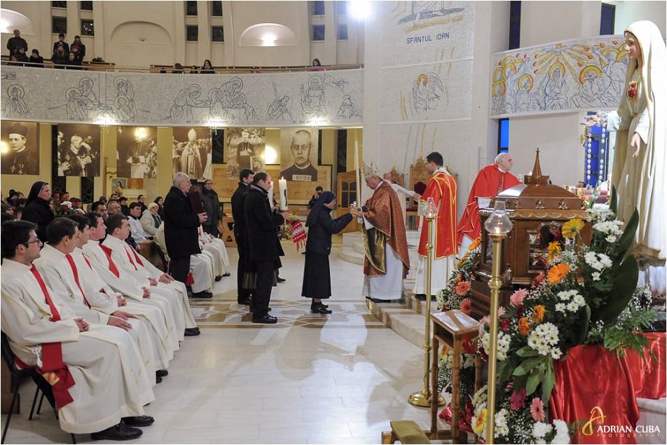 Credinciosii ofera daruri la prima celebrare a Fericitului Anton Durcovici.