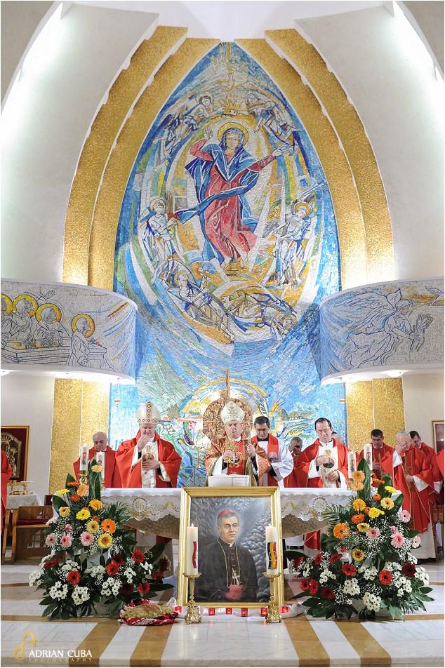 PS Petru Gherghel binecuvanteaza credinciosii ce au participat la prima celebrare a Fericitului Anton Durcovici.