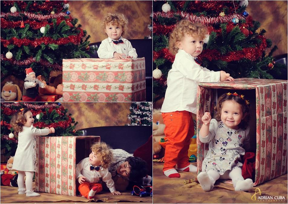 Copii cu cadouri la sesiune foto copii de Craciun, langa bradul impodobit.