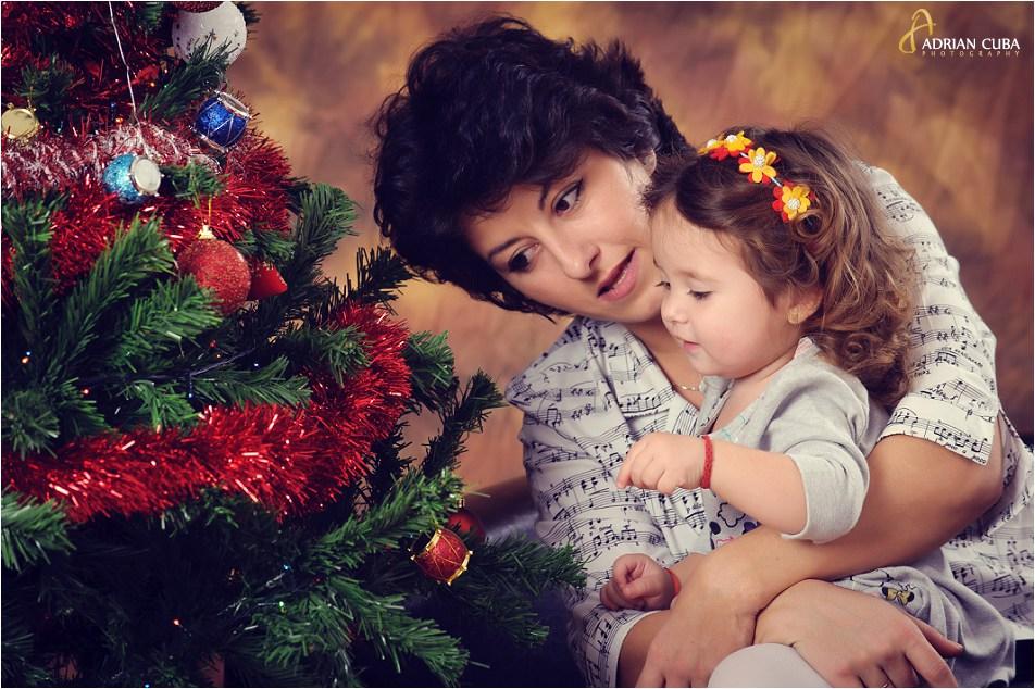 Fetita impreuna cu mamica ei la bradul de Craciun.