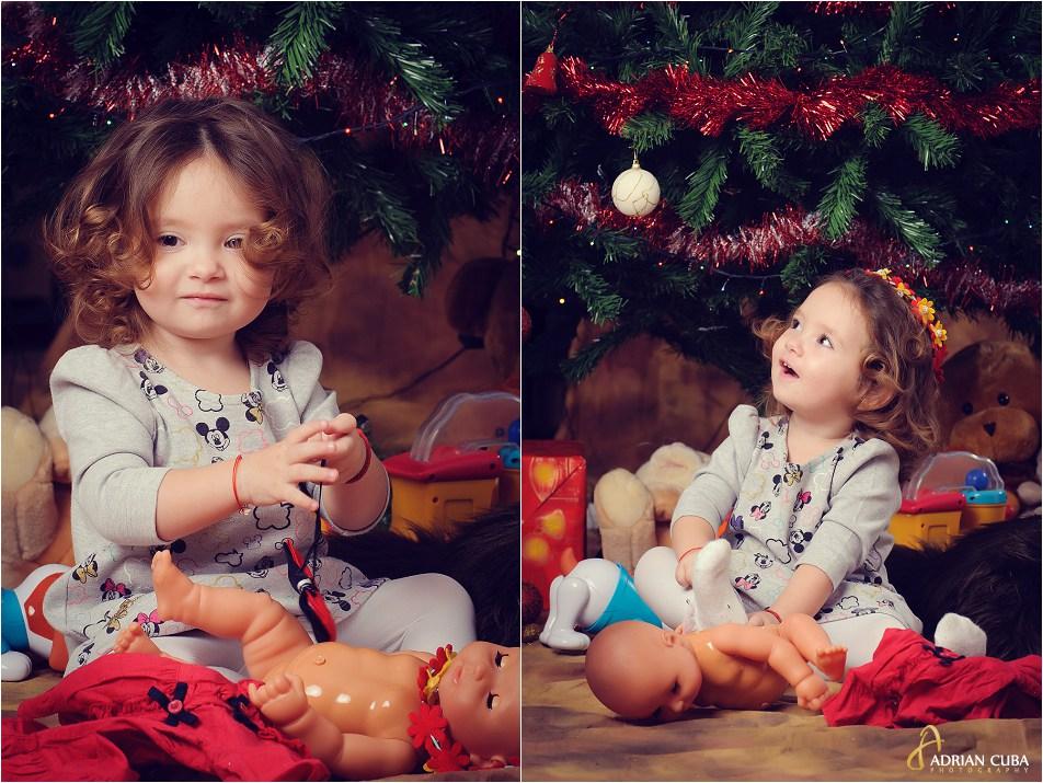 Fetita cu jucarii la sedinta foto copii cu bradul de Craciun.