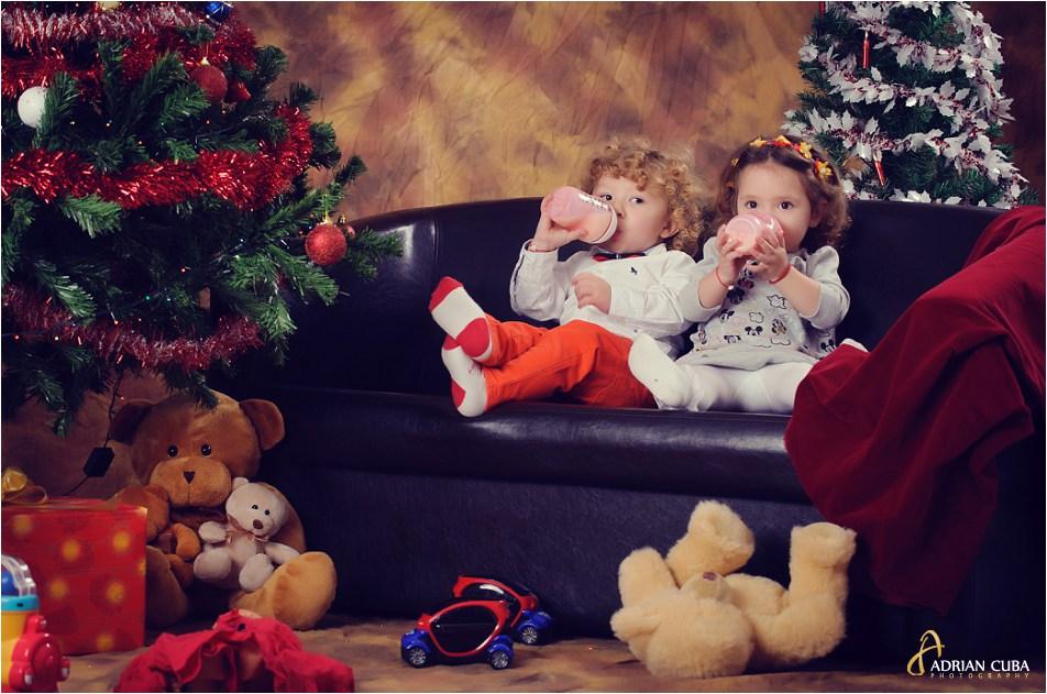 Copii la sesiune foto familie de Craciun.