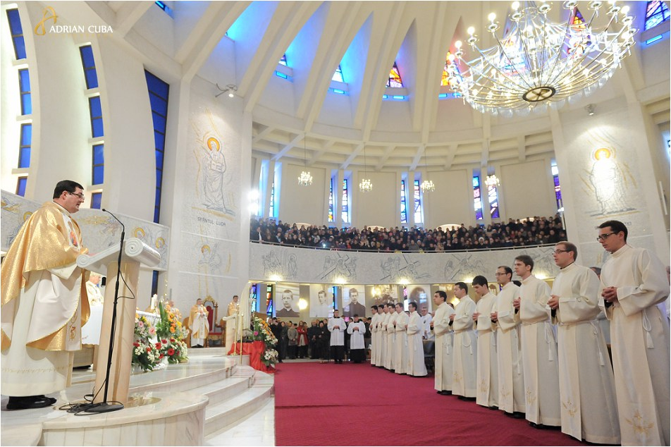 Liturghia solemna de sfintire a 13 diaconi, in Catedrala catolica din Iasi, 8 decembrie 2014