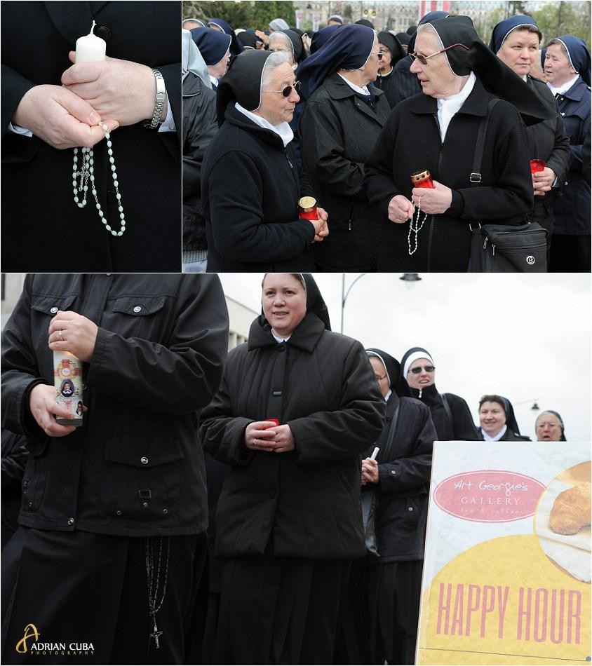 Calubarite catolice merg in procesiune.