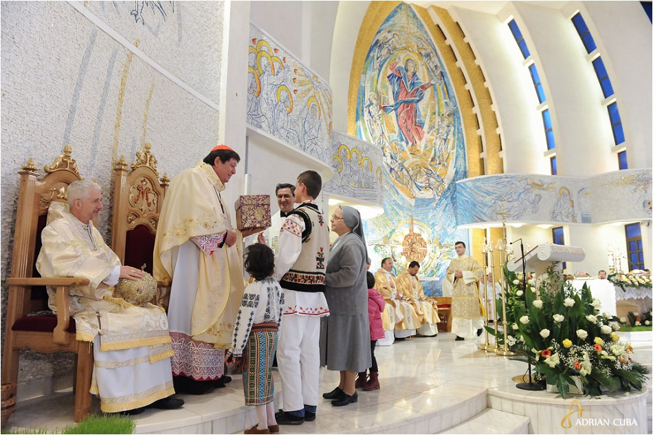 Cardinalul de Aviz primeste daruri in catedrala romano-catolica din Iasi