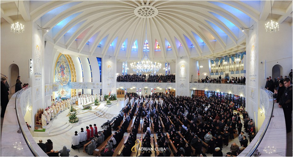 "Sfanta Liturghie celebrata de cardinalul Joao Braz de Aviz in catedrala catolica ""Sfanta Fecioara Maria, Regina"" din Iasi."