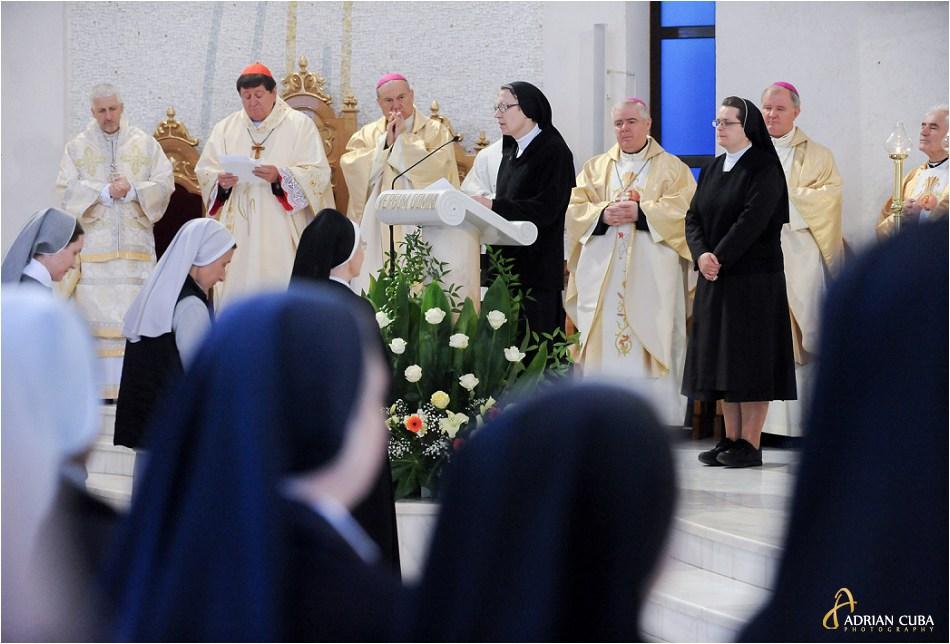 Surori catolice participa la sfanta Liturghie.