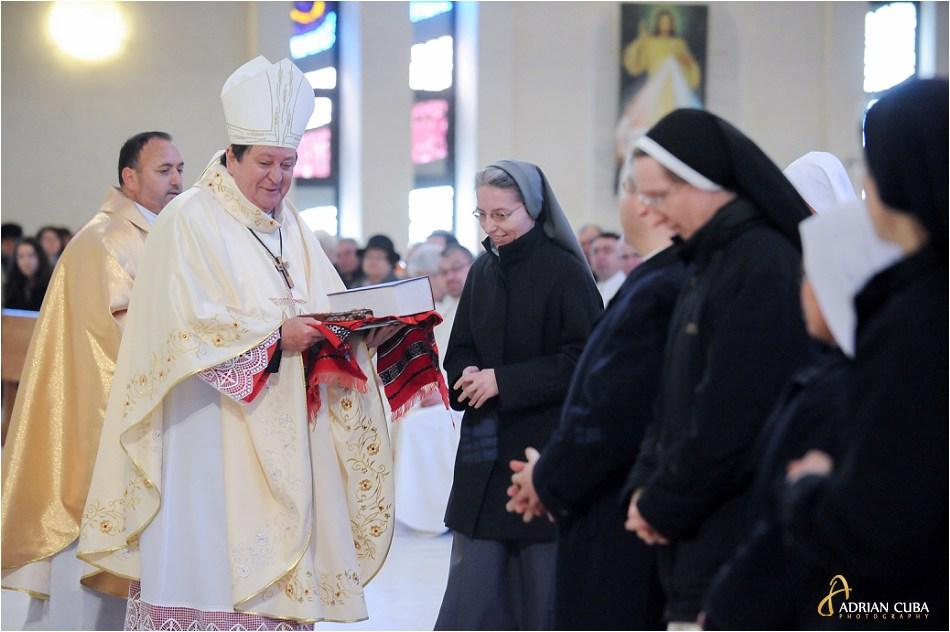 Calugarite catolice ofera daruri cardinalului Joao Braz de Aviz.