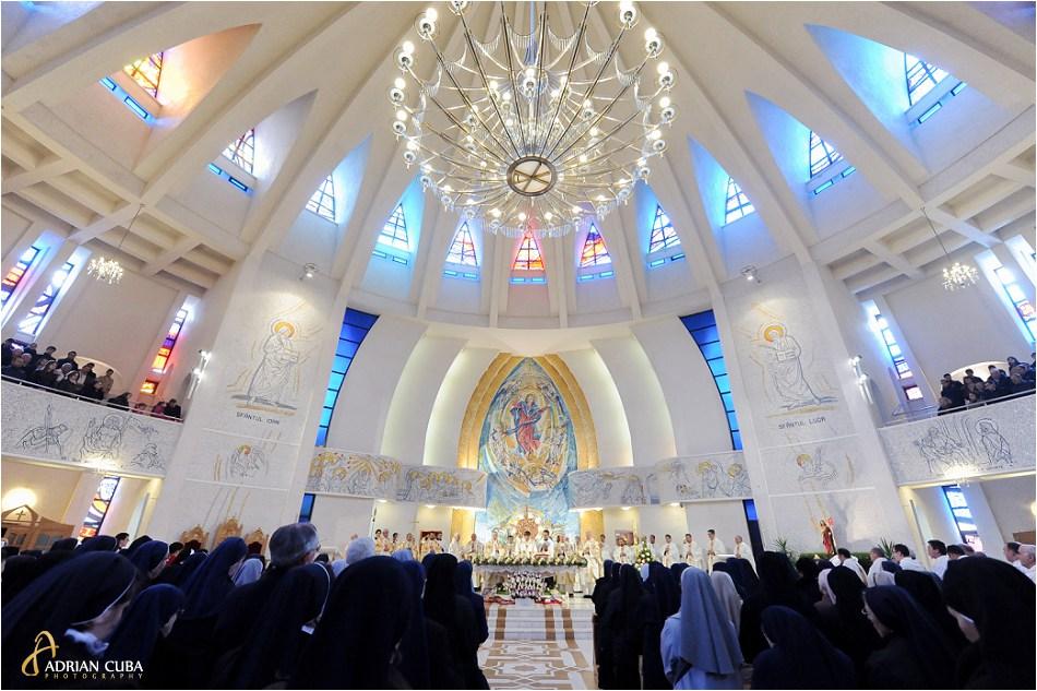 "Persoane consacrate participa la sfanta Liturghie in catedrala catolica ""Sfanta Fecioara Maria, Regina"" din Iasi."
