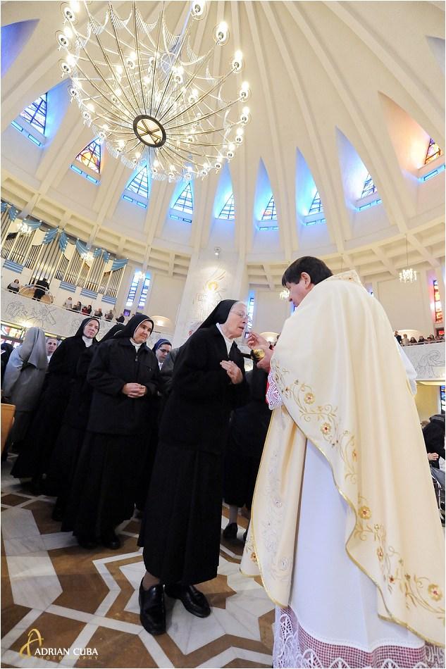 Cardinalul de Aviz impartaseste 300 surori catolice in catedrala din Iasi.