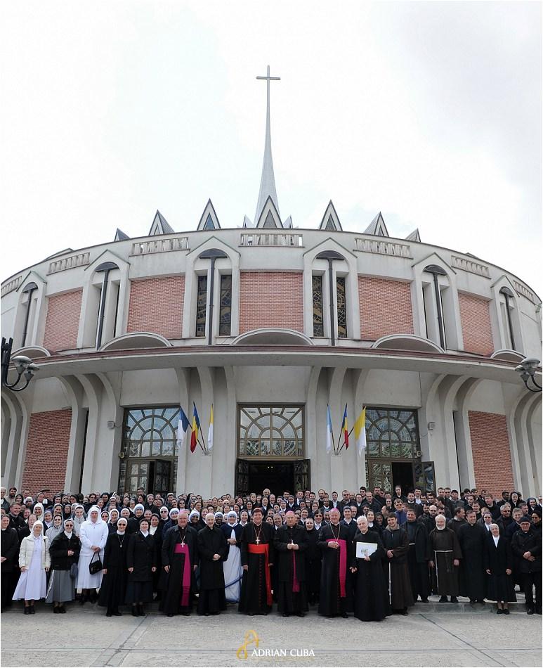 Calugari si calugarite la catedrala catolica din Iasi.