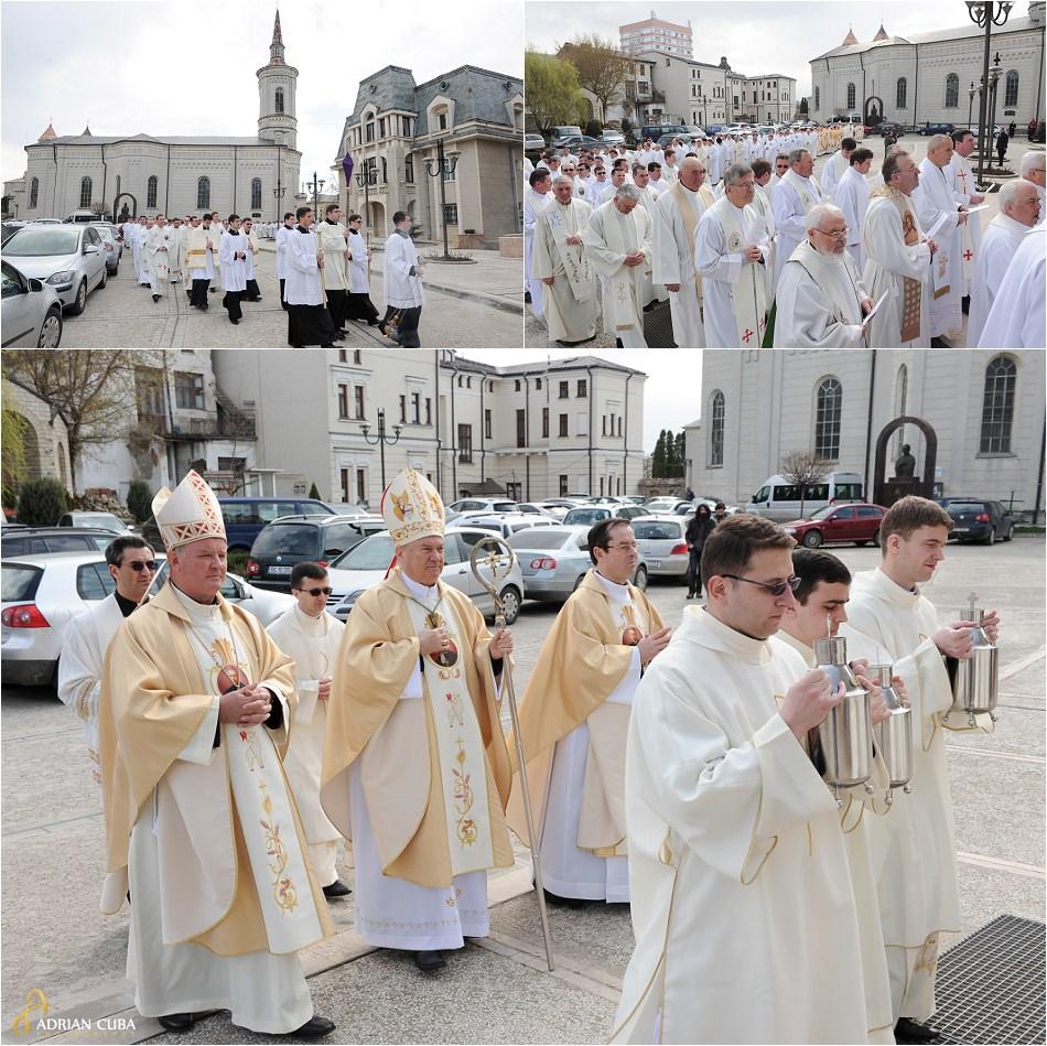 Liturghia crismei celebrata in Joia Mare de catre episcopul Petru Gherghel si episcopul Aurel Perca, la catedrala catolica din Iasi.
