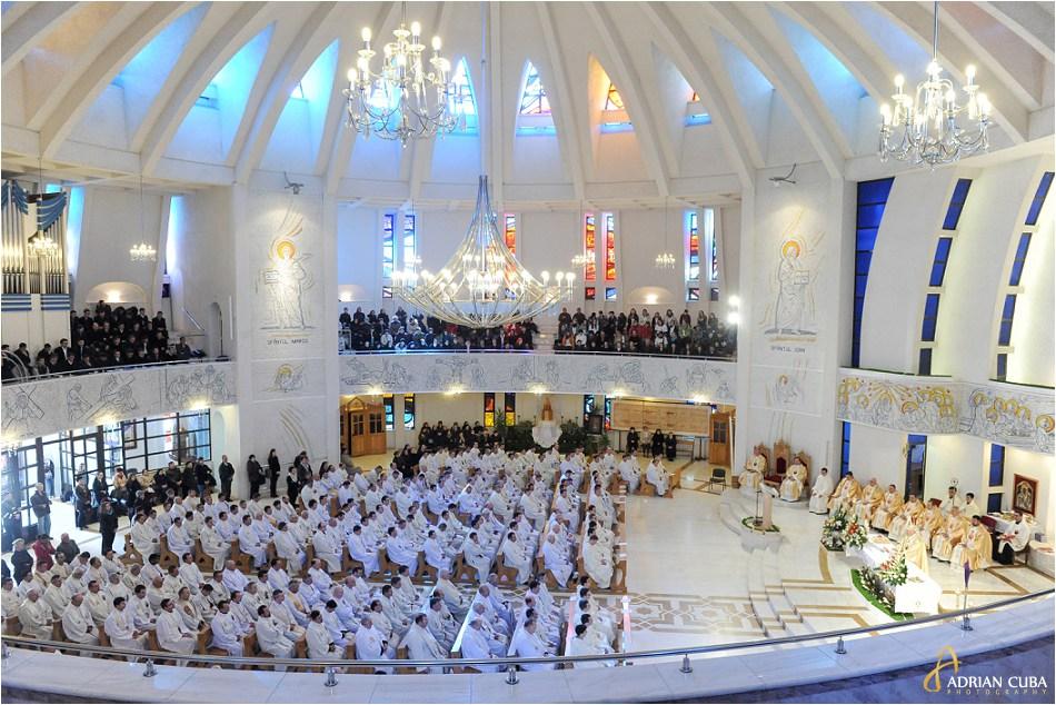 300 preoti catolici din dieceza de Iasi participa la Liturghia crismei, in Joia Mare, la catedrala catolica din Iasi.i