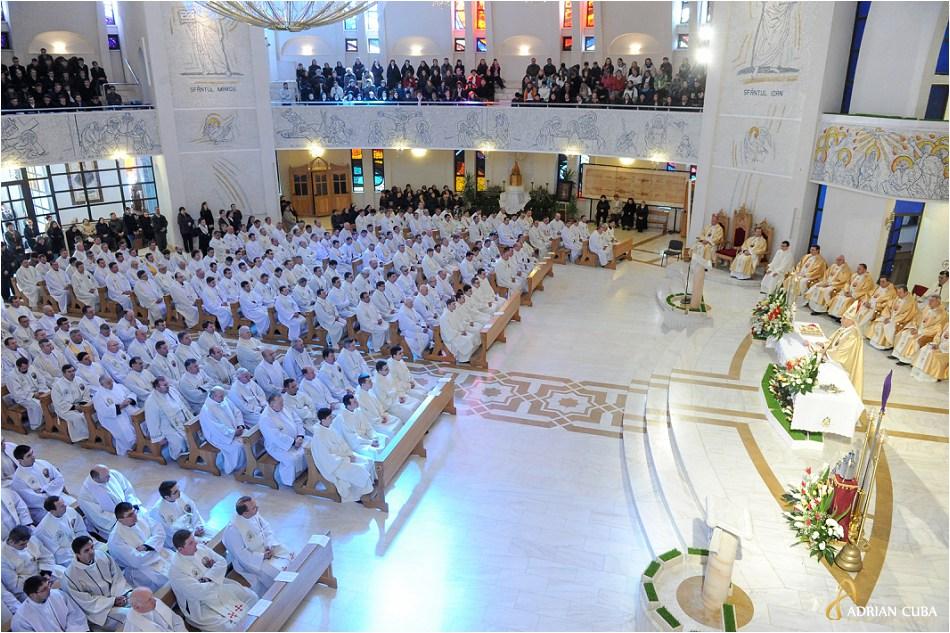 Liturghia crismei celebrata de episcopul Petru Gherghel in Joia Mare, la catedrala catolica din Iasi, in prezenta a 300 preoti din dieceza de Iasi