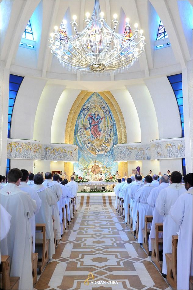 300 preoti din dieceza de Iasi participa la Liturghia crismei in Joia Mare, la catedrala catolica Sfanta Fecioara Maria, Regina din Iasi.