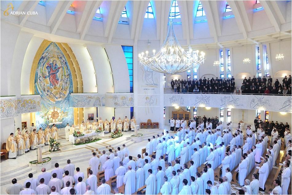Joia Mare, Liturghia crismei la catedrala catolica Sfanta Fecioara Maria, Regina, din Iasi.