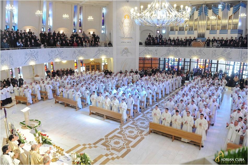 Liturghia crismei celebrata in catedrala catolica din iasi, in Joia Mare.