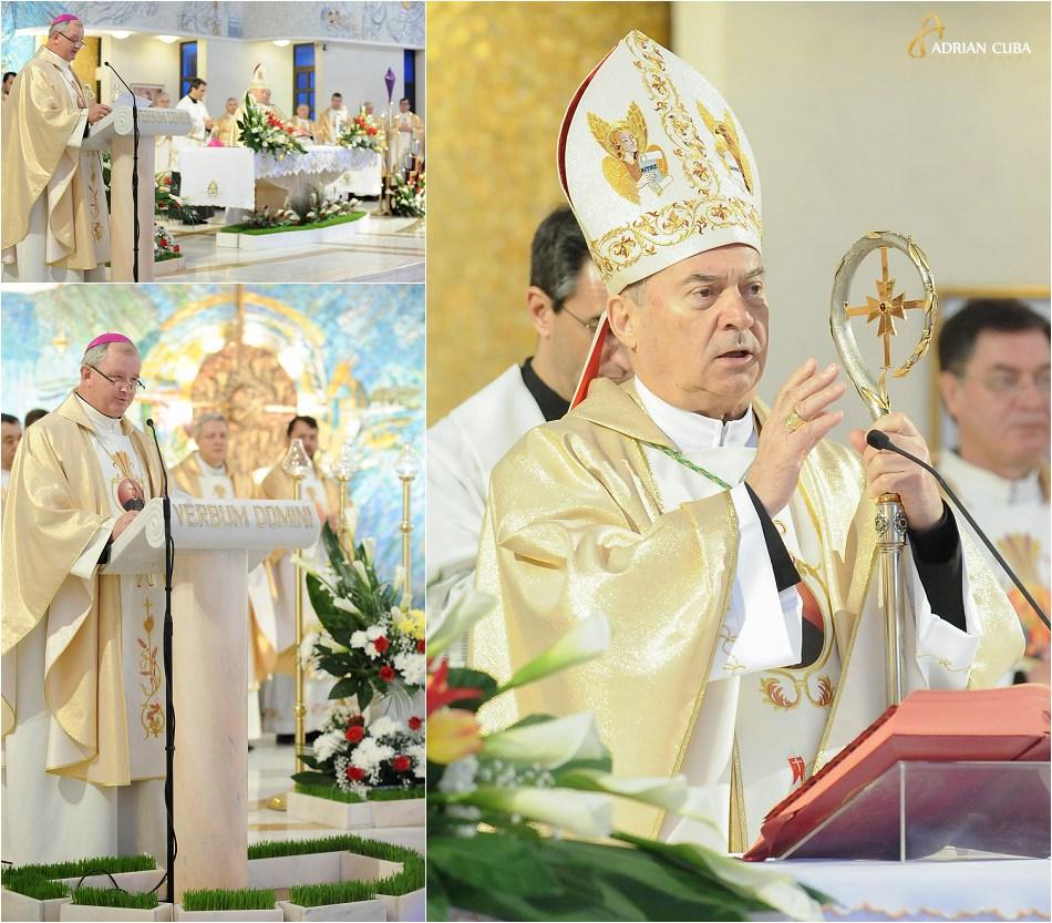 Ps Petru Gherghel si PS Aurel Perca, la Liturghia crismei, in Joia Mare, la catedrala catolica din Iasi.