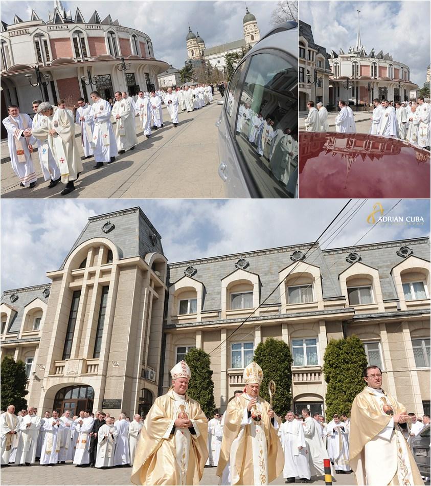 300 preoti catolici participa la Liturghia crismei, in Joia Mare, la catedrala din Iasi.