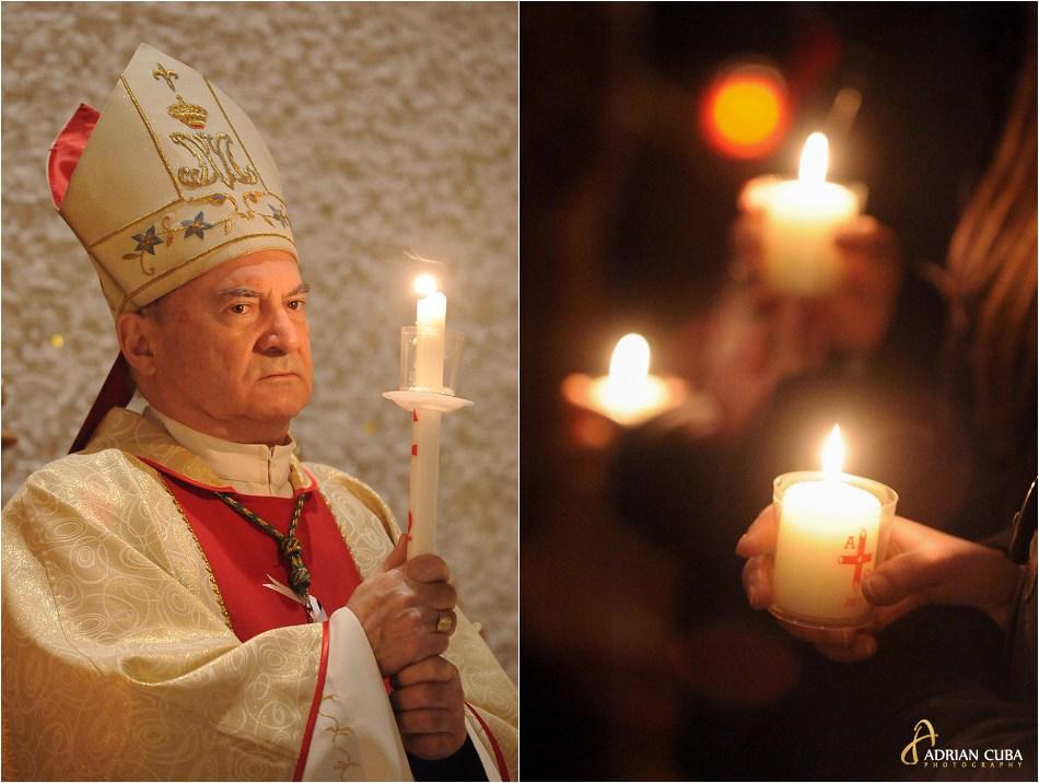 Episcopul Petru Gherghel tine o lumanare la Liturghia Invierii in catedrala catolica din Iasi
