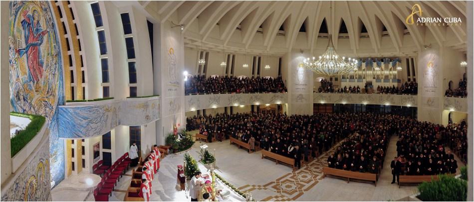 "Credinciosii participa la Liturghia Invierii in noaptea de Pasti, la catedrala catolica ""Sfanta Fecioara Maria, Regina"" din Iasi."
