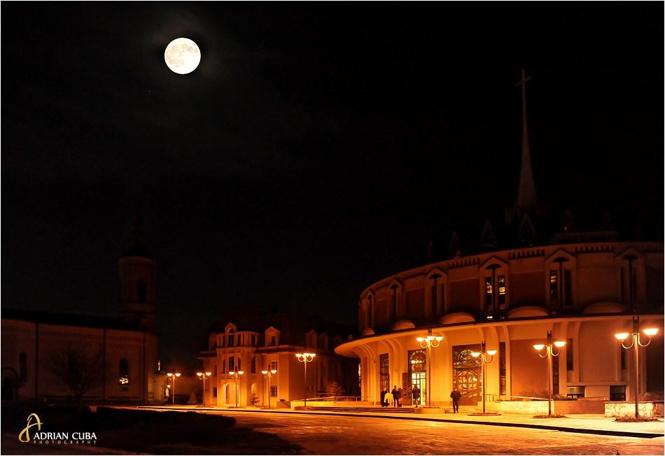 Luna plina deasupra catedralei catolice din Iasi, in noaptea de Paste 2015.