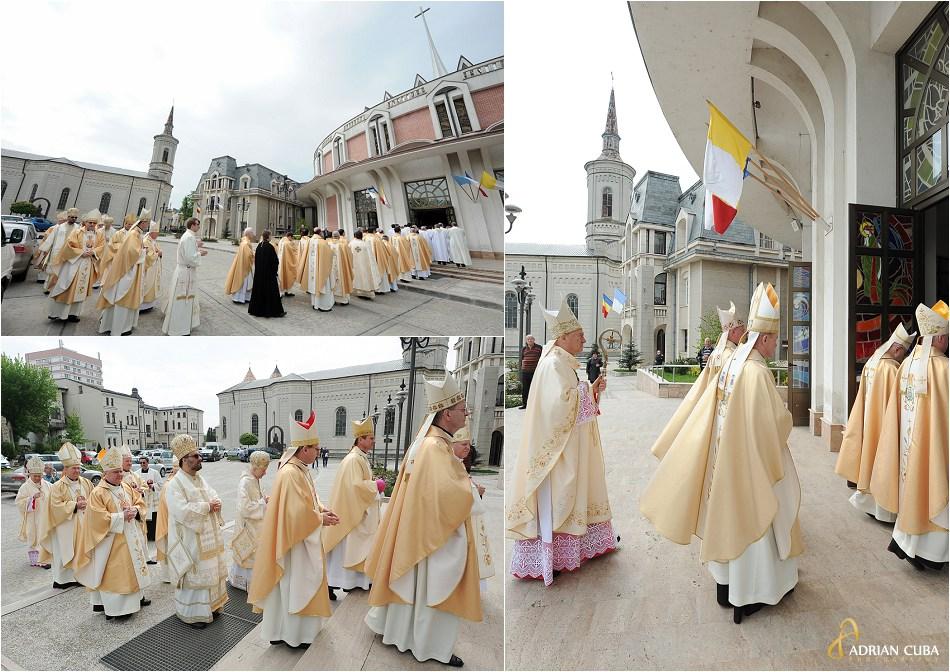 Preoti si episcopi catolici participa la Liturghia de aniversare a 25 ani de episcopat a PS Petru Gherghel