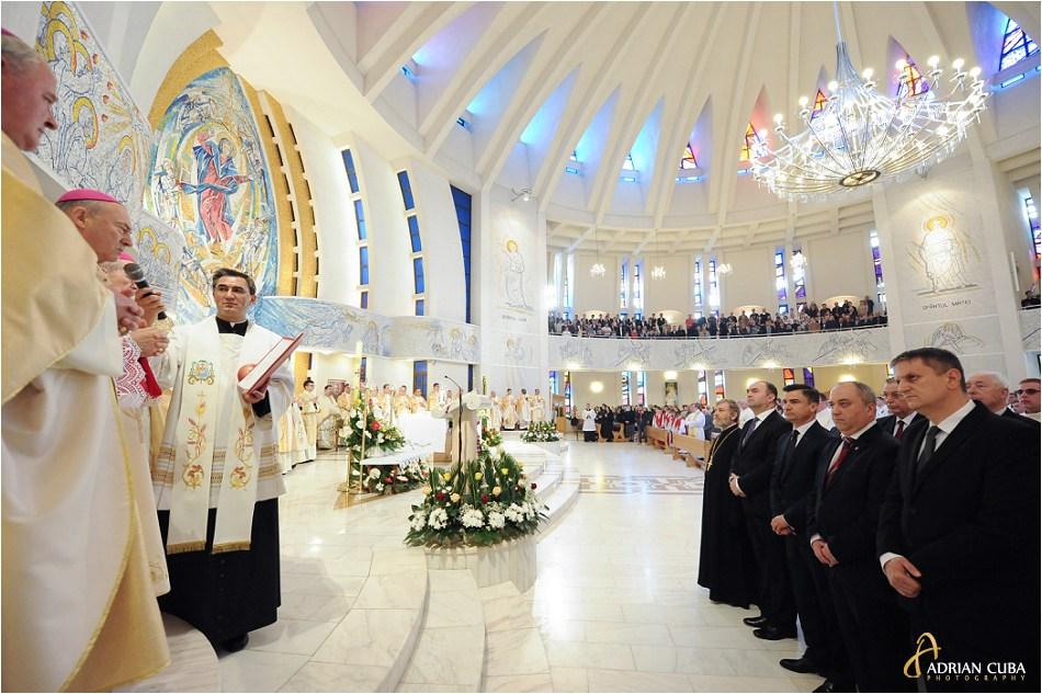 Episcopul Petru Gherghel multumeste oficialitatilor pentru participarea la aniversarea a 25 ani de episcopat, in catedrala catolica din Iasi