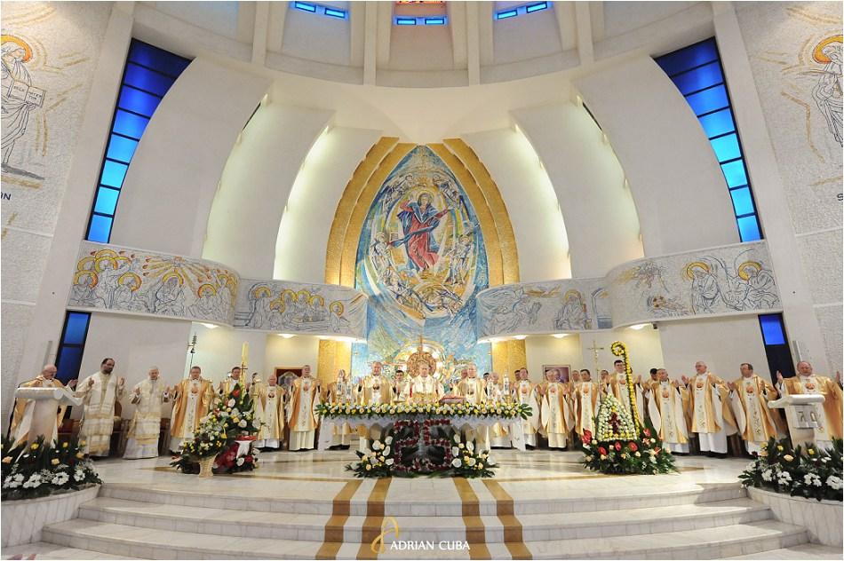 Episcopi si preoti participa la Liturghia de aniversare a 25 ani de episcopat a PS Petru Gherghel, in catedrala din Iasi.