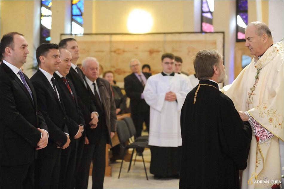 PS Petru Gherghel saluta oficialitatile in catedrala catolica din Iasi.