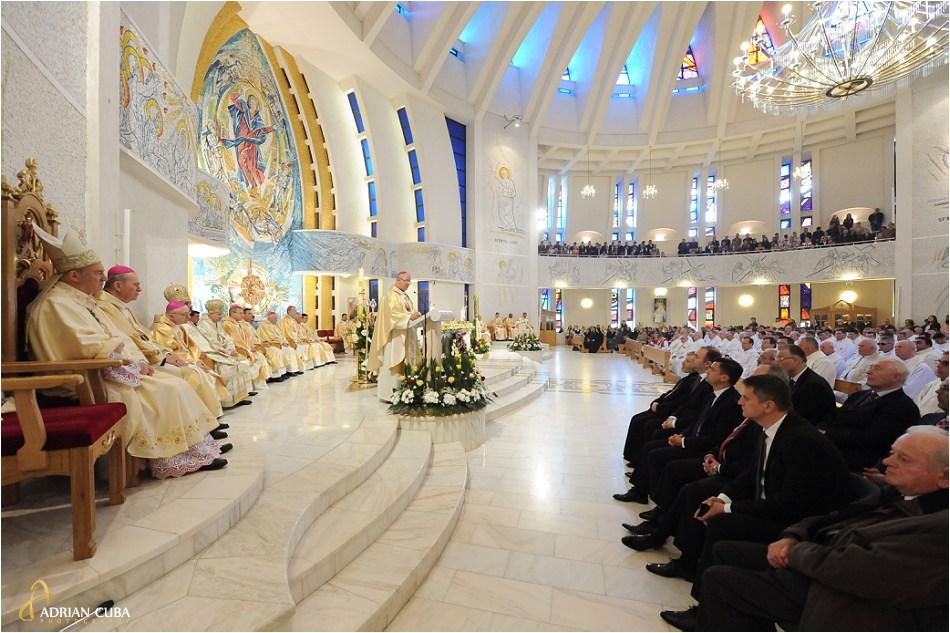 "Episcopul Aurel Perca tine un discurs in catedrala catolica ""Sfanta Fecioara Maria, Regina"" din Iasi."