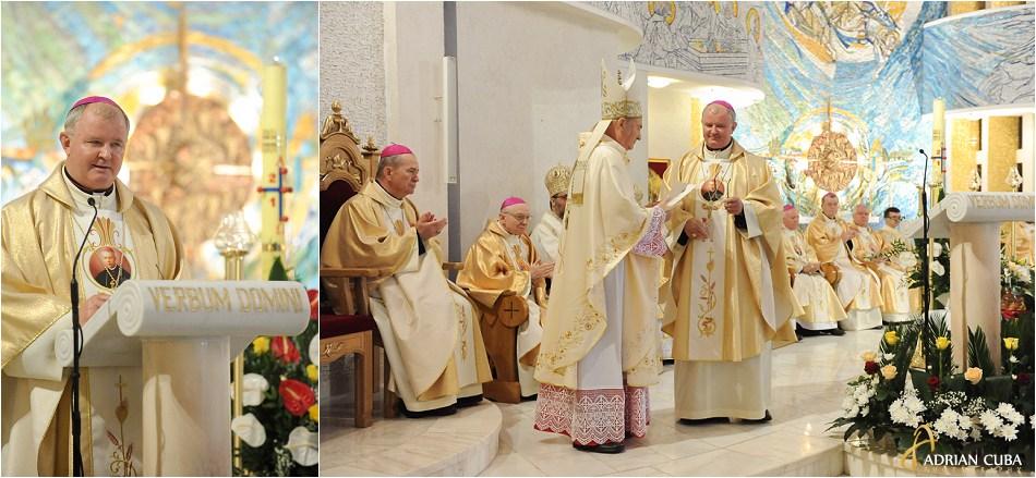 Episcopul auxiliar Aurel Perca si episcopul Petru Gherghel, in catedrala catolica din Iasi.