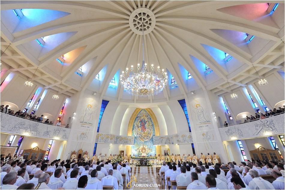 """Liturghia de aniversare a 25 ani de episcopat a PS Petru Gherghel, in catedrala catolica """"Sfanta Fecioara Maria, Regina"""" din Iasi."""