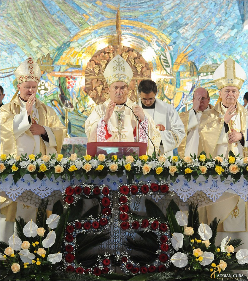 PS Petru Gherghel ofera binecuvantarea finala alaturi de PS Aurel Perca si IPS Ioan Robu, in catedrala catolica din Iasi.
