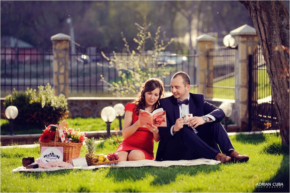 Sesiune foto logodna Iasi cu tineri la picnic.