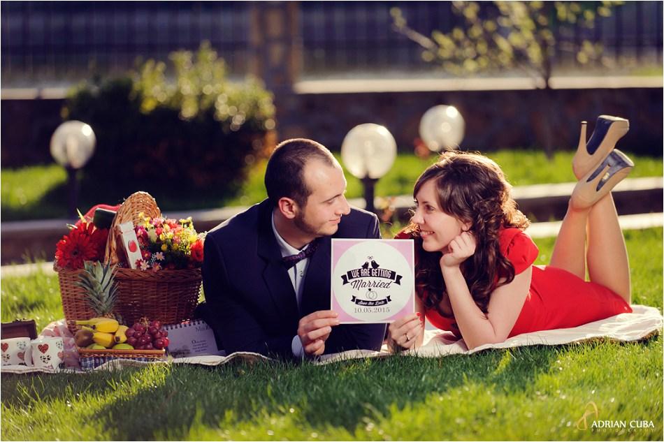 2 tineri participa la o sesiune foto de logodna in natura, la Iasi